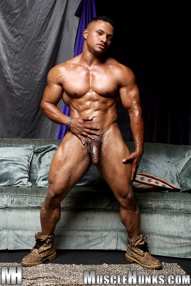Black Muscle Stud Devon Ford Shows Off His Rippling Abs -2621
