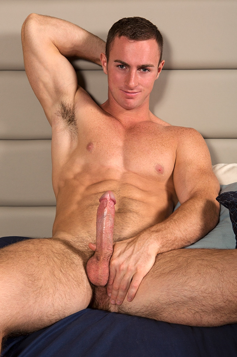 Muscle Hunk Wanks Off His Dick