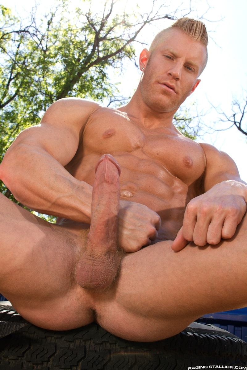 Huge Muscled Gay Stud Getting Sucked