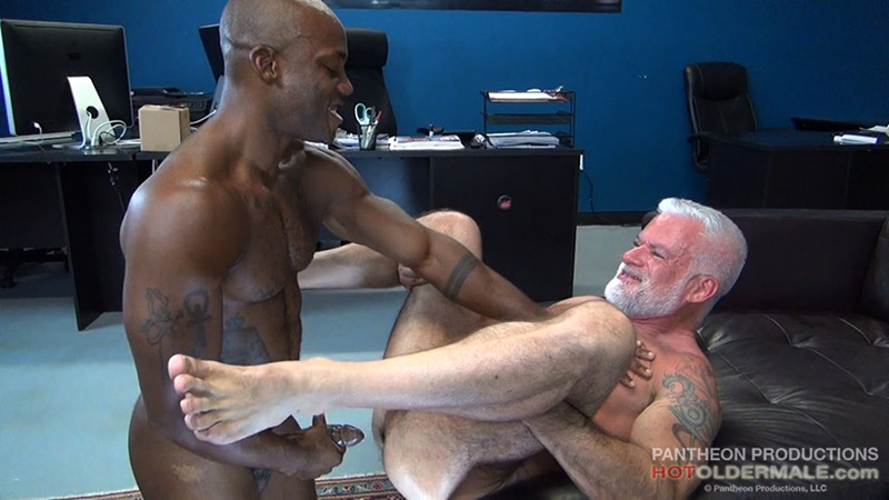 hotoldermale-sexy-black-naked-muscle-stud-osiris-blade-11-inch-ebony-dick-breeds-older-daddy-jake-marshall-mature-asshole-020-gay-porn-sex-gallery-pics-video-photo